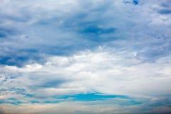 Il cielo blu e le nubi bianche immagini stock