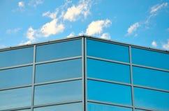 Il cielo blu e le nubi hanno riflesso in finestre Fotografia Stock