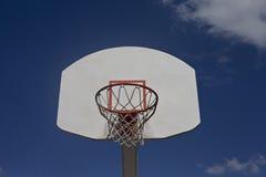 Il cielo blu nuvoloso incornicia il retro scopo di pallacanestro fotografie stock libere da diritti