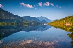 Il cielo blu profondo ha riflesso nello specchio della superficie dell'acqua Fotografia Stock Libera da Diritti