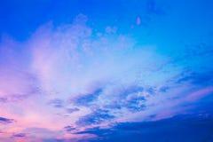 Il cielo, blu, rosa luminosi e porpora colora il tramonto fotografie stock libere da diritti