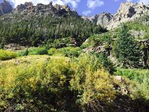Il cielo blu si appanna il panorama delle montagne Fotografia Stock