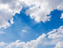 Il cielo blu si appanna il sole luminoso Fotografie Stock Libere da Diritti