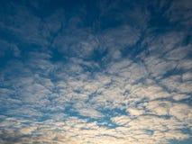 Il cielo con così tanto si appanna al tramonto Immagini Stock Libere da Diritti