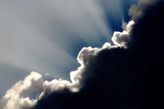 Il cielo con il Sun Rays al crepuscolo Fotografie Stock Libere da Diritti