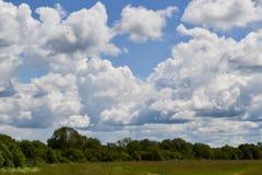 Il cielo con le nuvole di pioggia si appanna nel cielo blu Fotografia Stock Libera da Diritti