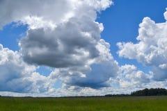 Il cielo con le nuvole di pioggia si appanna nel cielo blu Immagini Stock Libere da Diritti