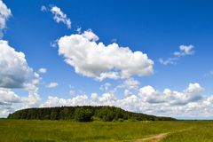 Il cielo con le nuvole di pioggia si appanna nel cielo blu Fotografia Stock