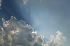 Il cielo con le nuvole, raggi di luce con Immagini Stock
