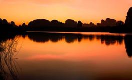 Il cielo crepuscolare riflette dentro al lago Immagini Stock