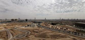 Il cielo dell'Arabia Saudita si appanna il cielo concreto della bella costruzione fotografia stock libera da diritti