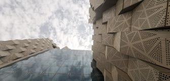 Il cielo dell'Arabia Saudita si appanna il rtv concreto del cielo della bella costruzione immagine stock