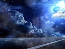 Il cielo della luna si apanna la nebbia della strada Fotografia Stock