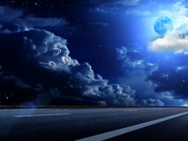 Il cielo della luna si apanna la strada Fotografie Stock