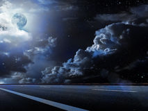 Il cielo della luna si apanna la strada Immagine Stock Libera da Diritti