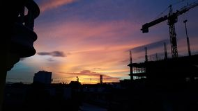 Il cielo di crepuscolo dietro il cantiere immagine stock libera da diritti
