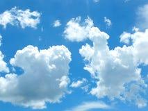 Il cielo di mattina, il nuvoloso blu luminoso, galleggiare, bianco, schiumoso fotografia stock
