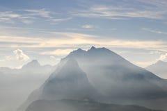 Il cielo e la nebbia di mattina sulla montagna Fotografia Stock
