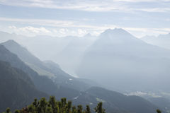 Il cielo e la nebbia di mattina sulla montagna Immagine Stock