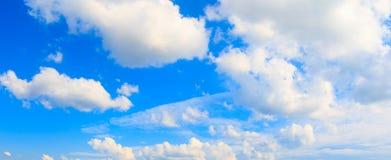 Il cielo e la nuvola panoramici nell'ora legale con formazione infuriano il bello fondo della natura di arte Fotografia Stock