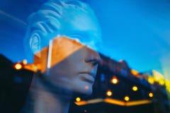 Il cielo e le luci della città al tramonto in vetro di riflessione Immagini Stock