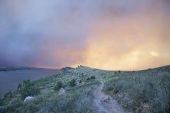 Il cielo ed il sole obsured dal fumo di incendio violento Fotografia Stock Libera da Diritti