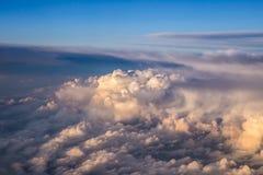 Il cielo gradisce le nuvole vedute da sopra, vista dell'aeroplano immagine stock libera da diritti