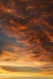Il cielo ha riempito di nuvole colorate scure ed arancione-chiaro Immagine Stock Libera da Diritti