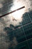 Il cielo ha riflesso in costruzione Immagini Stock