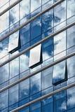 Il cielo ha riflesso nelle finestre delle costruzioni Fotografie Stock