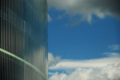 Il cielo ha riflesso in una facciata di vetro Immagine Stock Libera da Diritti