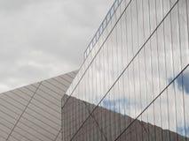 Il cielo ha riflesso in vetro dell'edificio per uffici d'acciaio di vetro moderno a Dublino, Irlanda fotografie stock