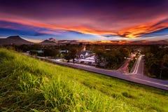 Il cielo ha scoppiato sopra il bacino idrico di Pra di colpo in si Racha, Tailandia Vista di catena montuosa come fondo con il ca immagine stock libera da diritti