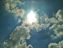 Il cielo ha un sole molto luminoso fotografia stock