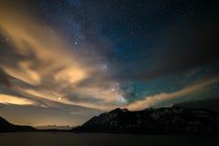 Il cielo notturno di Astro, galassia della Via Lattea stars sopra le alpi, il cielo tempestoso, le nuvole di moto, la catena mont fotografie stock