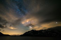 Il cielo notturno di Astro, galassia della Via Lattea stars sopra le alpi, il cielo tempestoso, le nuvole di moto, la catena mont fotografia stock