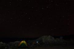 Il cielo notturno sopra il campo, Kilimanjaro Fotografie Stock Libere da Diritti