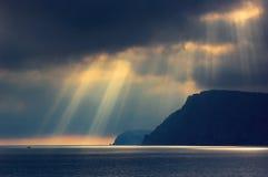 Il cielo nuvoloso di dramma sopra il mare Fotografia Stock
