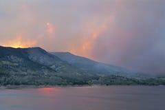Il cielo obsured dal fumo di incendio violento Fotografie Stock