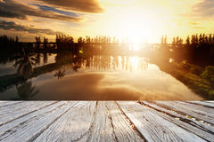 Il cielo perfetto con la nuvola ed alba in parco Immagini Stock