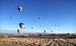 Il cielo in pieno dei palloni caldi colourful Fotografia Stock