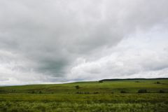 Il cielo piovoso si rannuvola il paesaggio rurale agricolo immagini stock