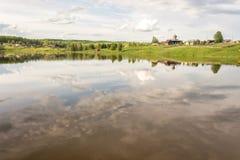 Il cielo riflesso nel lago Fotografia Stock Libera da Diritti