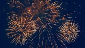 Il cielo scuro ed i fuochi d'artificio dorati in  video d archivio