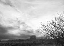 Il cielo si appanna la torre di acqua dell'albero fotografia stock