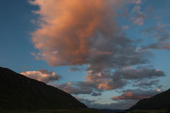 Il cielo si appanna le montagne del tramonto Immagine Stock Libera da Diritti