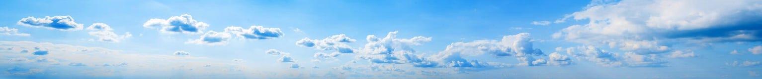 Il cielo si appanna il panorama dell'estate immagine stock