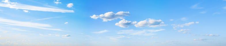 Il cielo si appanna il panorama dell'estate fotografia stock