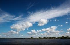 Il cielo sopra il fiume con differenti nuvole fotografia stock libera da diritti