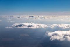 Il cielo sopra le nuvole fotografia stock